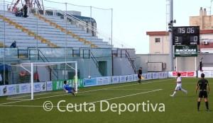 Momento en el que Villatoro transforma el penalti que supuso el 4-0