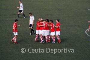 Los jugadores del Portuense celebran uno de los goles
