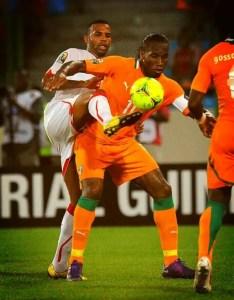 Randy pugna por el balón con Drogba en los cuartos de final de la Copa de África 2012