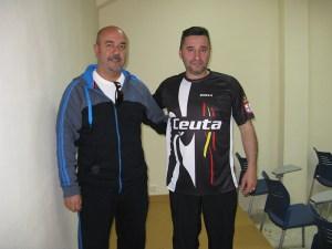 Lucas, con la camiseta que lucirán en Londres, junto a Aurelio Murcia