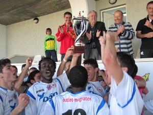 Los jugadores del Puerto con el trofeo de campeón de la Liga de fútbol juvenil