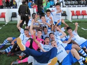 Los jugadores del CD Puerto festejan el título de campeón de la Liga de fútbol juvenil