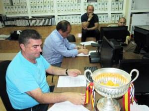 Un momento del sorteo de la Copa Coca-Cola celebrado en la sede de la FFC