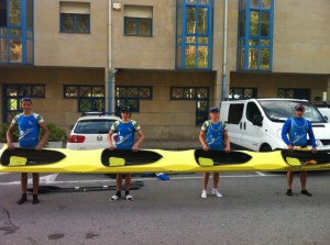 Los cuatro palistas cadetes de Los Delfines, con el K-4 con el que han competido en la Copa de España
