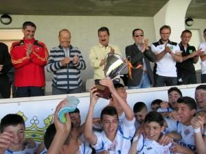 Los jugadores del Puerto Disa, tras recibir el trofeo que les acredita como campeones de la categoría cadete