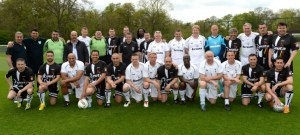Los dos equipos de veteranos, antes de la disputa del partido amistoso en Londres