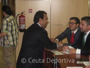 El consejero de Deportes saluda a algunos de los abogados invitados a las Jornadas