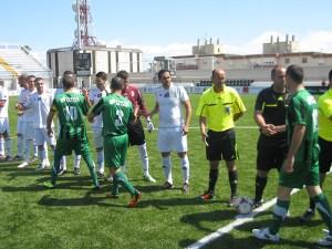 Los jugadores de los dos equipos se saludan en los prolegómenos del partido