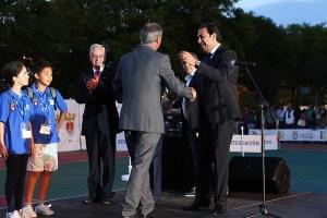 El consejero de Deporte desea suerte a Joe Hernández tras ceder Ceuta a Gibraltar la bandera de los Juegos