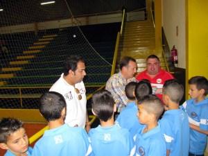 El consejero de Deporte y el gerente del ICD animan a los jugadores del Puerto en presencia de su entrenador, Paquirri