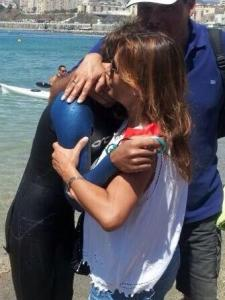 Juan Carlos Ríos se abraza a sus padres tras conseguir la victoria en la dura prueba de 10 kilómetros
