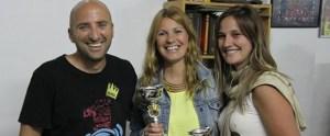Sergio Mena, presidente de la FCVB, junto a las campeonas de la Liga de voley playa