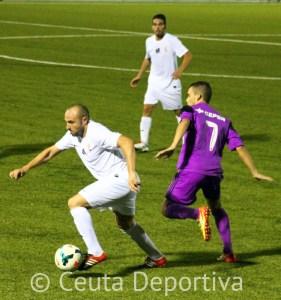 Pepe controla el balón ante Sergio Ortiz, el goleador del partido