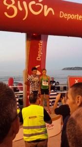 La corredora de la Escuela de Atletismo del ICD y Francisco López, ganadores absolutos de la Nocturna de la playa de San Lorenzo