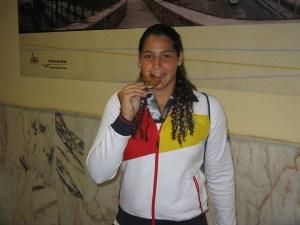Lorena Miranda muerde la medalla de oro conseguida en el Mundial de Barcelona
