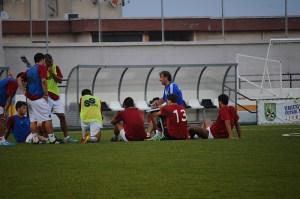 Asián dialoga en el primer entrenamiento de la semana con los jugadores que no tienen sitio en la plantilla