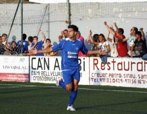Ángel García festeja un gol con el CD Binissalem, su equipo en las dos últimas temporadas