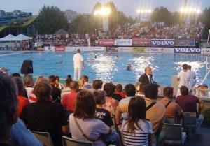 En Hungría se vive con pasión el waterpolo y los aficionados llenaron las gradas