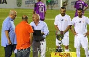 Pepe Gil entrena una placa de recuerdo a los hijos de Luis Márquez Montoya