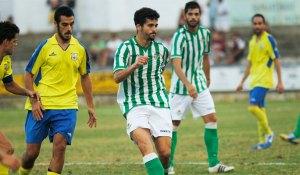 Caro, central del Betis B, será baja ante la AD Ceuta FC por lesión