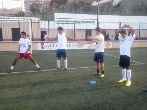 Los jugadores del CD Puerto Disa realizan ejercicios de calentamiento en el José Benoliel