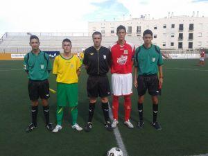 Los capitanes junto al trío arbitral encabezado por el onubense Romero Nazario