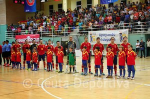 Los jugadores españoles escuchan el himno en un 'Guillermo Molina' repleto de espectadores