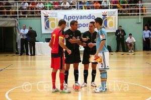 Los capitanes Ortiz y Chaibai junto a los árbitros andaluces Cordero Gallardo y Linares López
