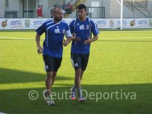 Ismael, en la imagen con Pepe Martínez, empezó a correr y apurará para jugar el sábado