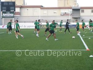 Los jugadores de la AD Ceuta FC realizan el calentamiento previo al entreno del jueves