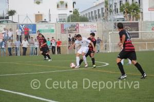 Borja Gil controla el balón ante la presión de un jugador del Gerena