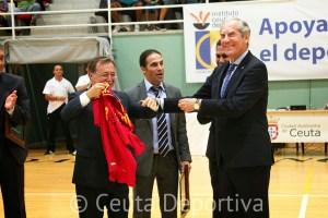Laurentzi Gana entregó a Juan Vivas una camiseta firmada por la selección española