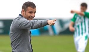 Óscar Cano tiene ante sí el doble reto de formar jugadores para el primer equipo y luchar por el play off