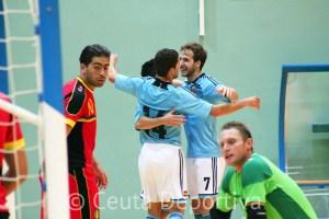 Pola se abraza a Borja y Raúl Campos tras uno de los goles de la selección española