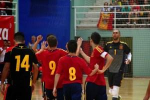 El portero Rafa se acerca a sus compañeros para celebrar uno de los goles ante Bélgica