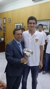 El capitán del Juventud junto al presidente del ejecutivo y el trofeo conquistado el curso pasado