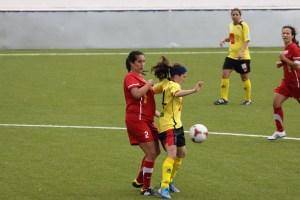 Alba pelea por un balón con una jugadora del Santa Teresa en el partido de la temporada pasada en el Murube
