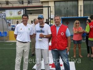 García Gaona y José Manuel Durán junto al representante de Parados, campeón del torneo de convivencia
