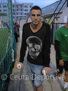 Andrés Salas se lesionó ante la Lebrijana y acudió al primer 'entreno' de la semana con muletas