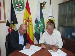 Aurelio Murcia, propietario de MuecoCeuta, firma el acuerdo publicitario en presencia de José María Oliveira, vicepresidente de la FFC
