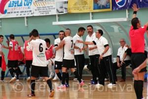 Jugadores del Ceuti FS se abrazan ante su banquillo en la celebración de uno de los goles del pasado sábado frente al Betis
