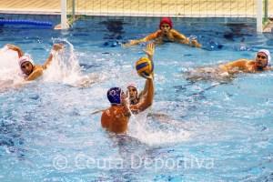 Los jugadores del CN Caballa defienden un ataque el CN Las Palmas, esta tarde en la piscina del 'Guillermo Molina'