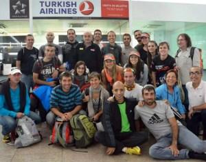 Dris, el segundo por la derecha senatado, junto al resto de participantes de la Everest Trail Race