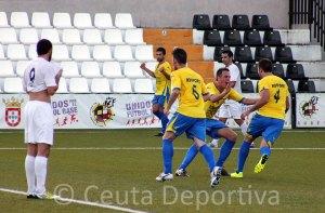 Los jugadores del San Juan celebran el gol de Lolo en la primera parte