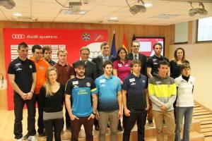 Los deportistas españoles que participarán en los Juegos de Sochi junto al presidente de la RFEDI Eduardo Roldán y el presidente del CSD Miguel Cardenal