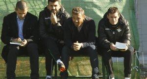Óscar Cano, sentado en el banquillo del Betis B en el partido ante el Ceuta. Foto: Web oficial Real Betis