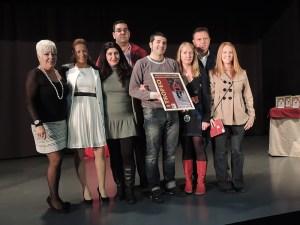 Jueces de atletismo posan con el cartel del I Trofeo Alfonso Lozano Tirado