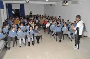 Juanma Alamillos dirigiéndose a los alumnos del colegio Santa Amelia