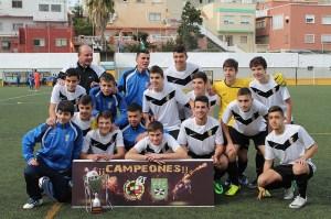 Los jugadores y el cuerpo técnico de la UA Ceutí posan con el trofeo de campeón de la liga cadete