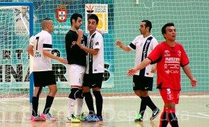 Rubén, que es alta tras cumplir sanción, es felicitado por sus compañeros tras marcarle uno de los goles al Bujalance en la primera vuelta